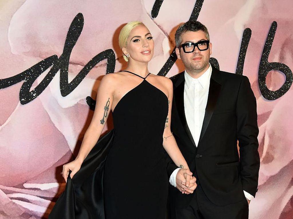 APD Menipis, Desainer Lady Gaga Bikin Baju Anti Corona untuk Tenaga Medis