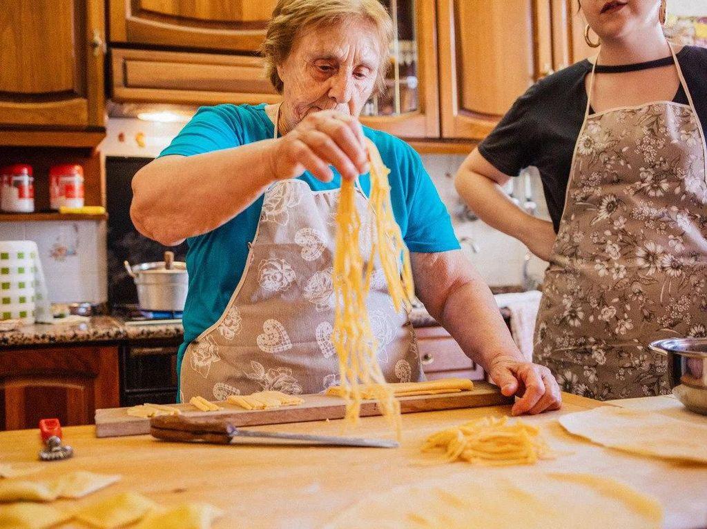 Nenek Ini Buka Kelas Masak Pasta Online Selama Masa Karantina