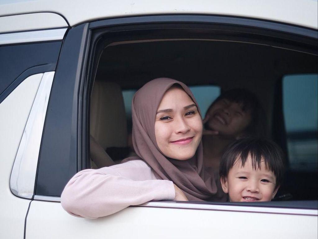 Kocak! Anak Cuci Tangan di Dispenser, Zaskia Mecca Ingatkan Bukan Rafathar