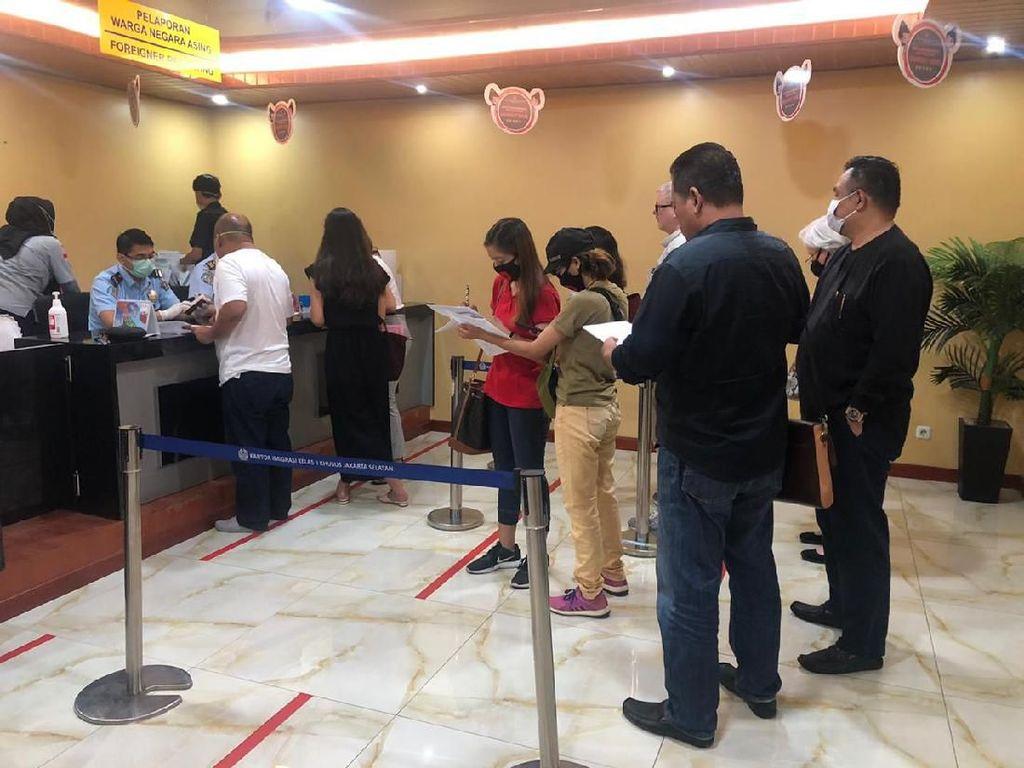 Curhat Petugas Imigrasi, Layani WNA di Tengah Corona