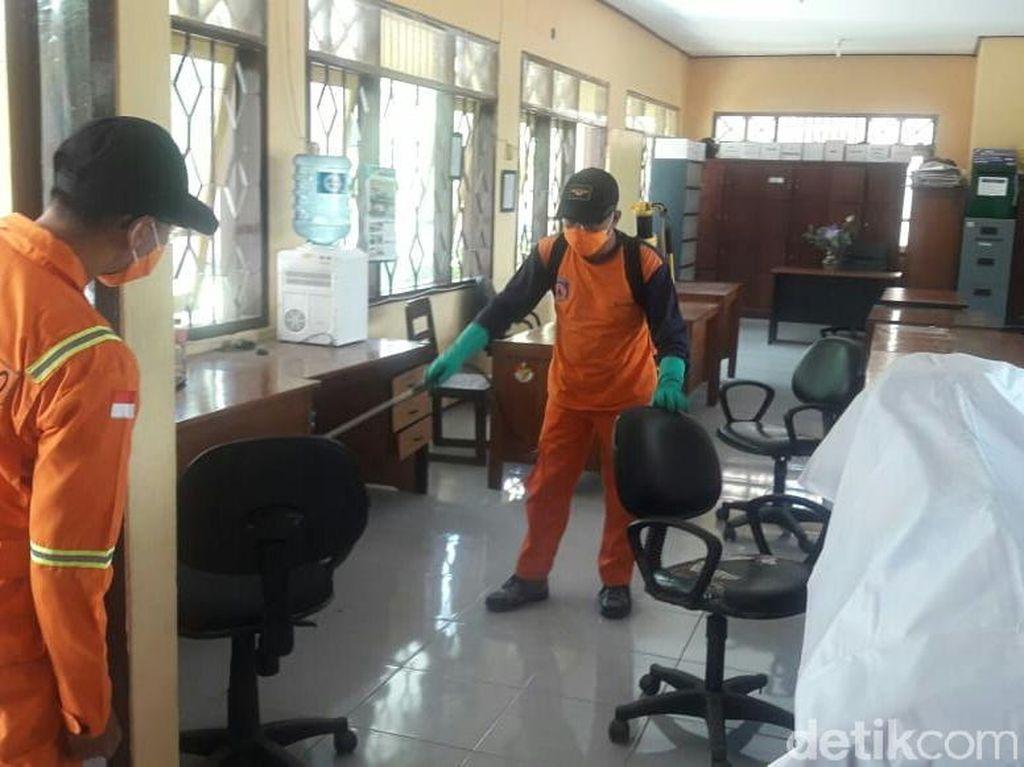Cegah Penyebaran Corona, Kantor Pemerintah Situbondo Disemprot Disinfektan