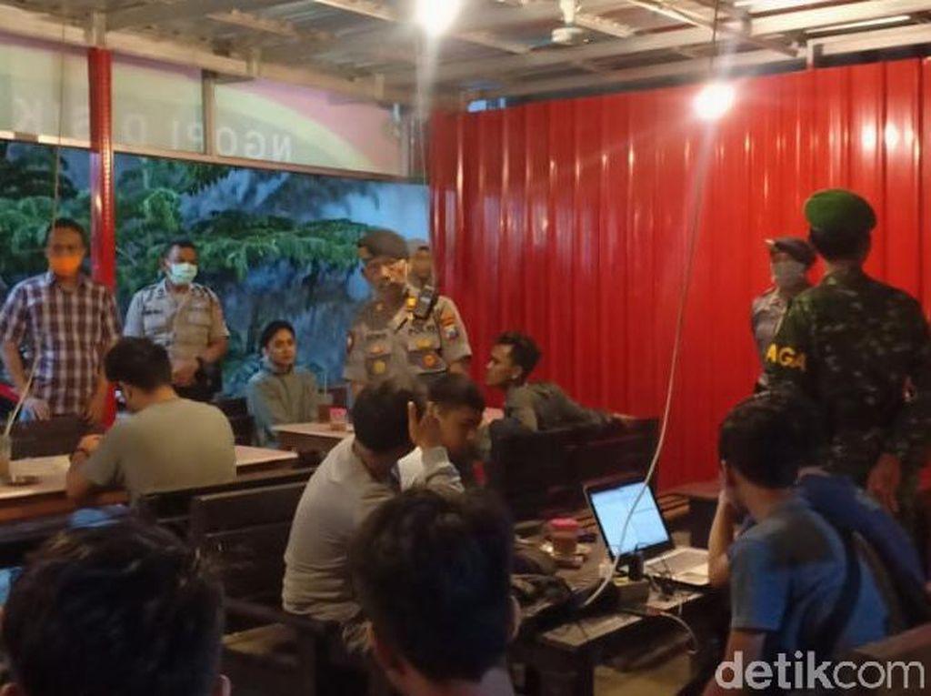 Polisi Tuban Datangi Kerumunan Warga untuk Antisipasi Corona