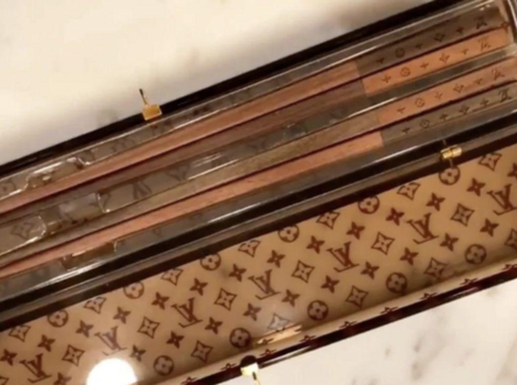 Mewah! Kylie Jenner Pamer Sumpit Louis Vuitton Seharga Rp 7 Juta