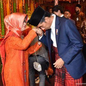 Begini Momen Kebersamaan Jokowi dengan Ibunda