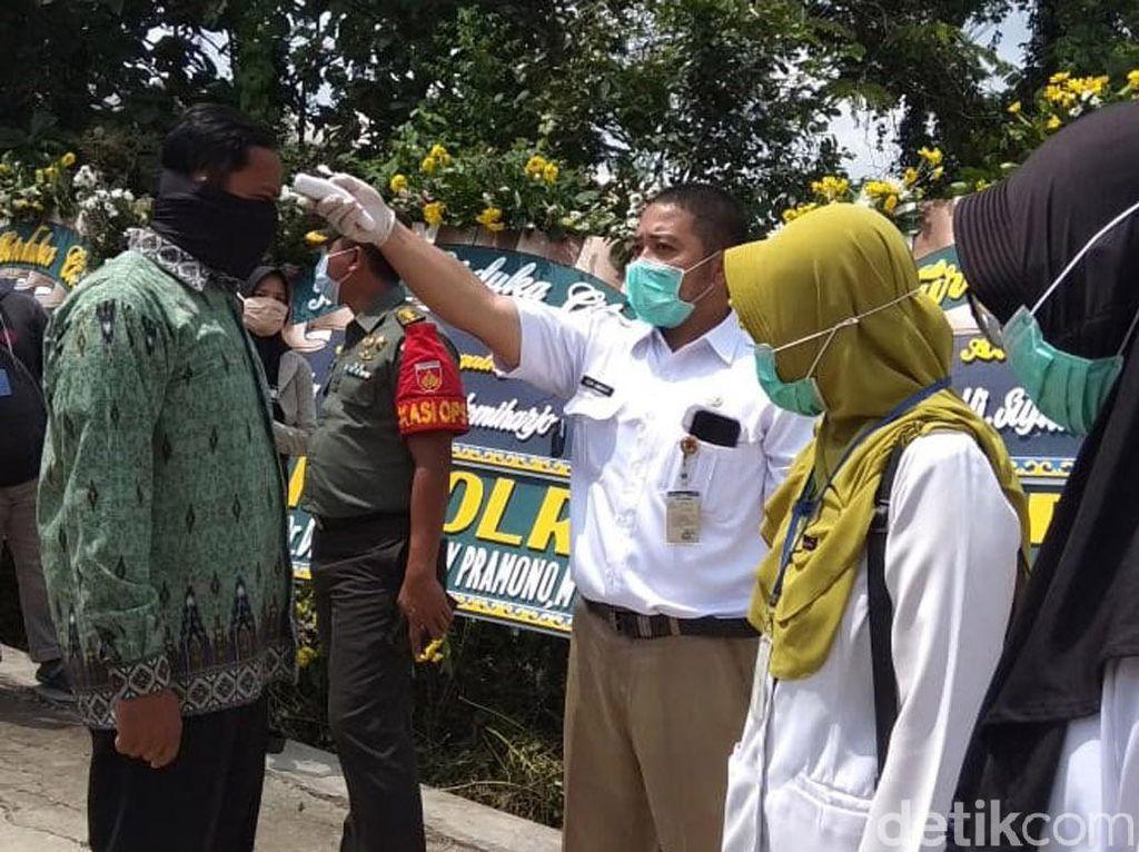 Pelayat Ibunda Jokowi Dicek Suhu Tubuh