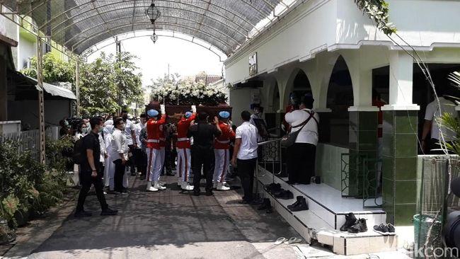 Momen Jenazah Ibunda Jokowi Disalatkan di Masjid Baiturrahman Solo