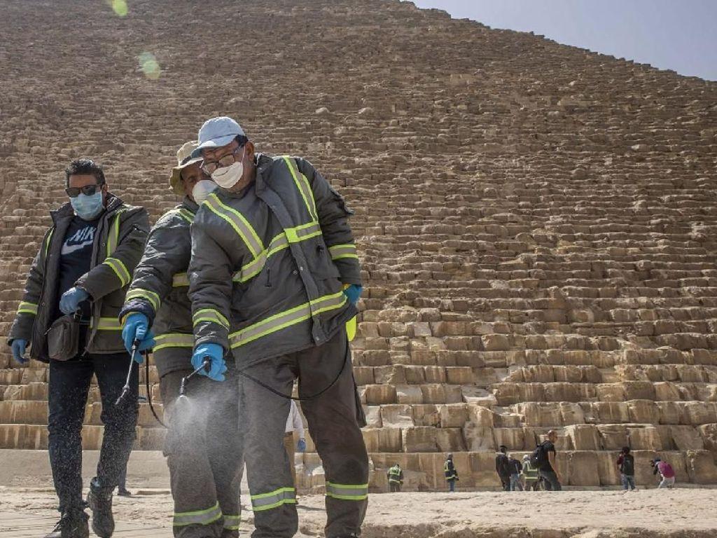 Piramida Mesir Disemprot Disinfektan Cegah Corona