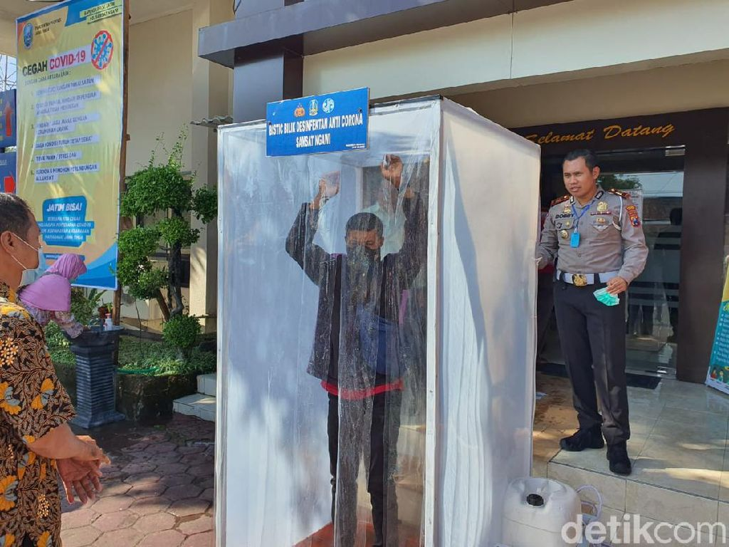 Cegah Corona, Warga Ngawi Mandi Disinfektan Sebelum Masuk Pelayanan Publik