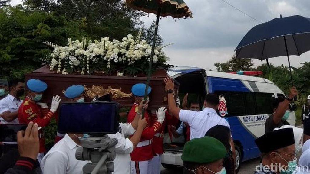 Jenazah Ibunda Jokowi Tiba di Pemakaman Mundu