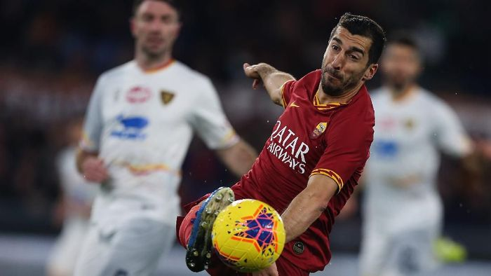 ROME, ITALY - FEBRUARY 23:  Henrikh Mkhitaryan of AS Roma in action during the Serie A match between AS Roma and US Lecce at Stadio Olimpico on February 23, 2020 in Rome, Italy.  (Photo by Paolo Bruno/Getty Images)
