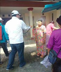 Viral Cairan Disinfektan Disemprot Langsung ke Wajah Nenek-nenek