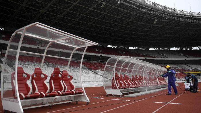 Petugas menyemprotkan cairan disinfektan di Kompleks Stadion Utama Gelora Bung Karno (SUGBK), Senayan, Jakarta, Kamis (26/3/2020).Penyemprotan disinfektan tersebut untuk mencegah penyebaran virus corona (COVID-19) di area tersebut. ANTARA FOTO/Puspa Perwitasari/ama.