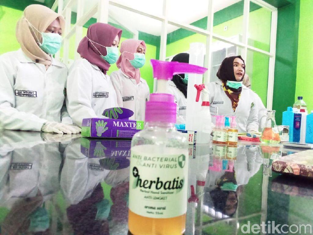 Perguruan Tinggi di Lamongan Racik Hand Sanitizer Berbahan Serai