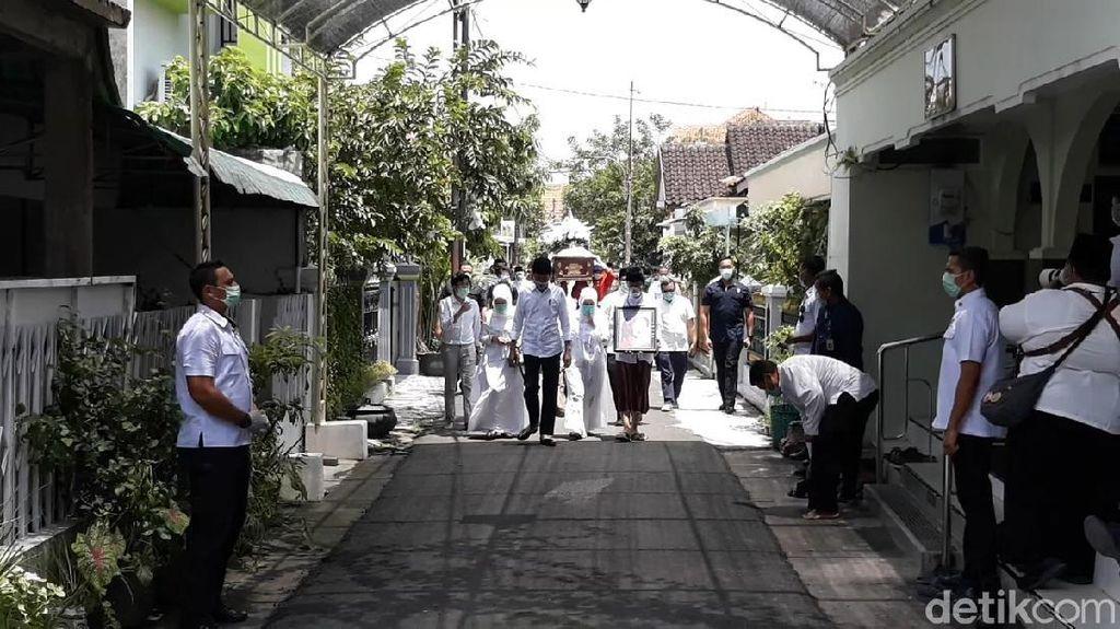 Jenazah Ibunda Presiden Jokowi, Sudjiatmi Notomihardjo disalatkan di Masjid Baiturrahman, Solo. Setelah itu jenazah diberangkatkan ke pemakaman di Karanganyar.