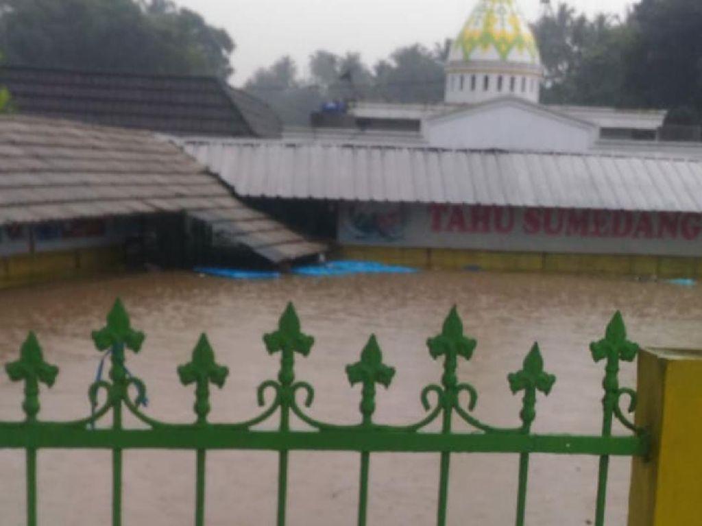 Tanggul Sungai Jebol, Restoran di Sukabumi Terendam Banjir