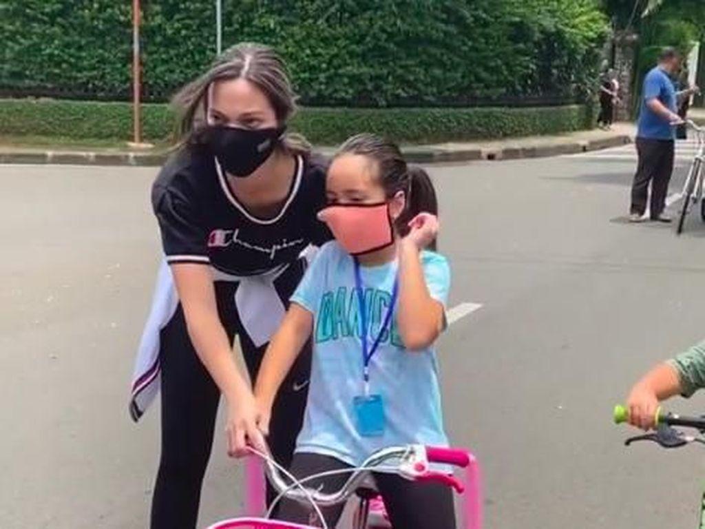 Belajar Naik Sepeda, Anak Nia Ramadhani Dapat Pengawalan Ketat
