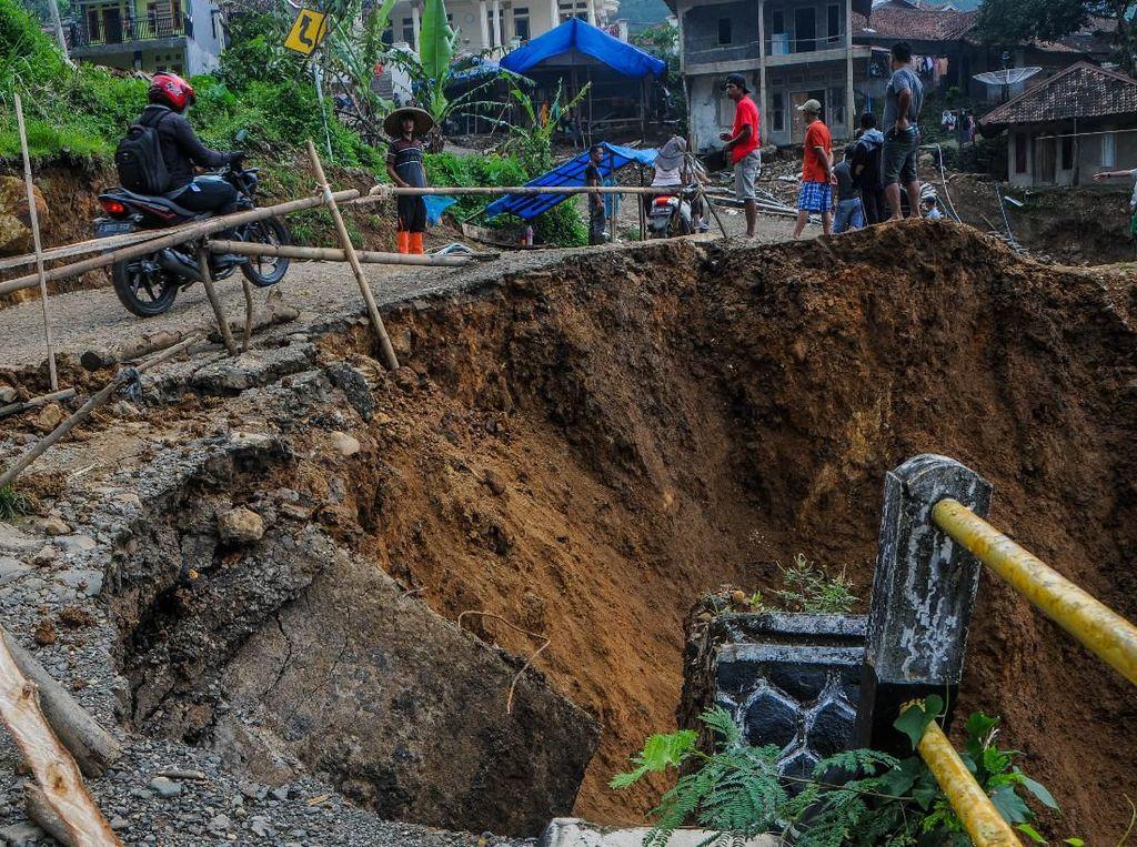 Jalan Amblas Kembali Terjadi di Lebak Banten