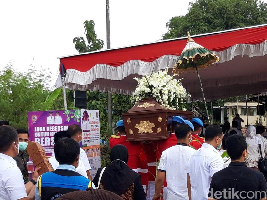 Jenazah Ibunda Jokowi Tiba di Pemakaman Mundu Karanganyar