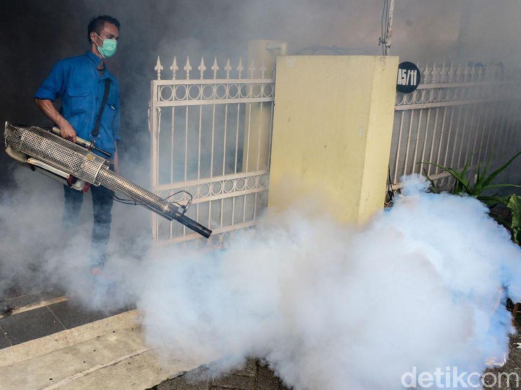 Cegah DBD Warga Pondok Karya Lakukan Fogging