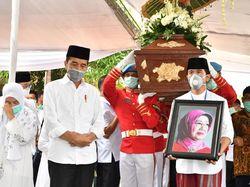Peringati Hari Ibu, Jokowi Kenang Sosok Mendiang Ibunda