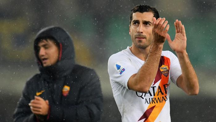 VERONA, ITALY - DECEMBER 01:  Henrikh Mkhitaryan of As Roma celebrates the victory after the Serie A match between Hellas Verona and AS Roma at Stadio Marcantonio Bentegodi on December 1, 2019 in Verona, Italy.  (Photo by Alessandro Sabattini/Getty Images)
