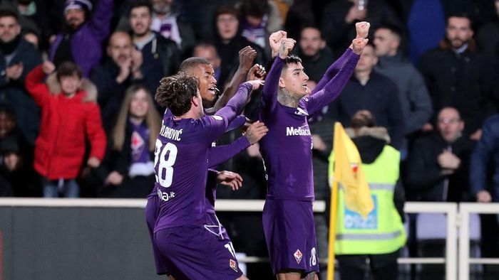 FLORENCE, ITALY - FEBRUARY 22: Erick Pulgar of ACF Fiorentina celebrates with teammates after scoring the equalizing goal via penalty during the Serie A match between ACF Fiorentina and  AC Milan at Stadio Artemio Franchi on February 22, 2020 in Florence, Italy.  (Photo by Gabriele Maltinti/Getty Images)