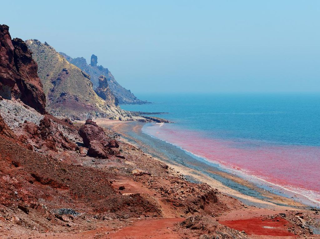 Pantai Unik Berwarna Merah Darah