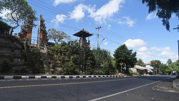 Suasana jalan protokol saat pelaksanaan Hari Raya Nyepi Caka 1942 di Gianyar, Bali, Rabu (25/3/2020). Pelaksanaan Nyepi tahun 2020 di Bali, selain untuk pelaksanaan Catur Beratha Penyepian atau empat pantangan bagi Umat Hindu juga ditargetkan dapat memutus penyebaran wabah COVID-19. ANTARA FOTO/Nyoman Budhiana/hp.