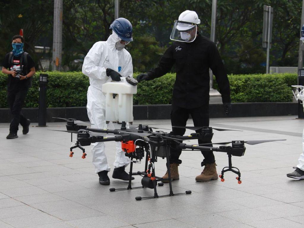 Drone Semprotkan Disinfektan dari Udara di Jalan Protokol di Jaksel