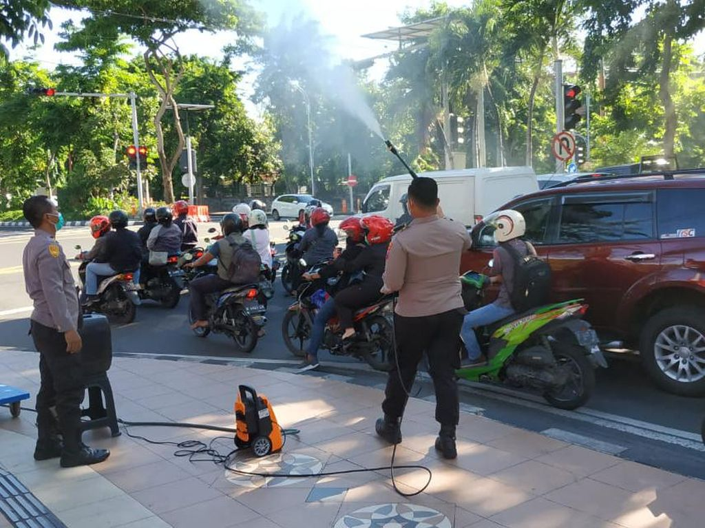 TNI-Polri Semprotkan Disinfektan di 40 Titik Jalan di Karanganyar