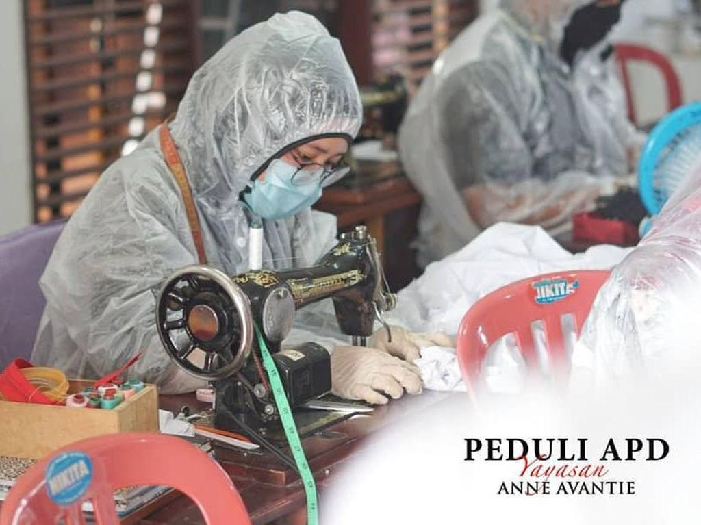 Foto: Di Balik Layar Pembuatan Baju APD Sumbangan Anne Avantie