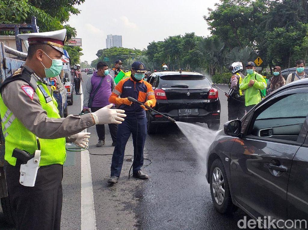 Tekan Penyebaran Corona, Kendaraan Masuk Surabaya Disemprot Disinfektan
