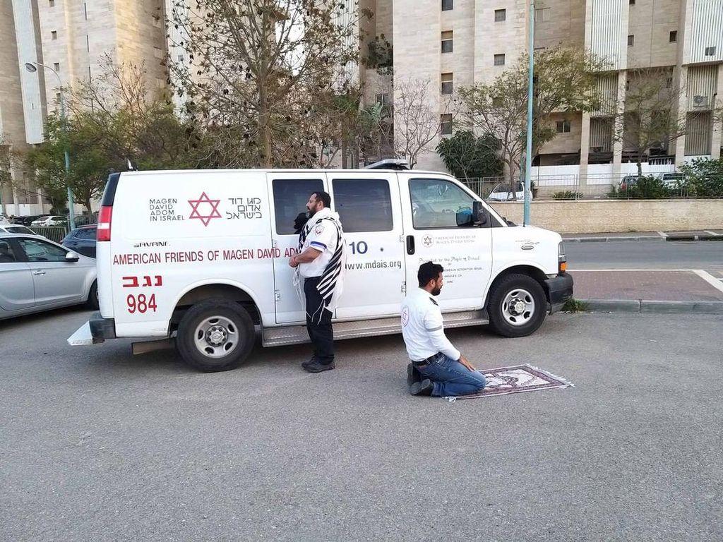 Viral Paramedis COVID-19 Muslim dan Yahudi Ibadah Bersamaan