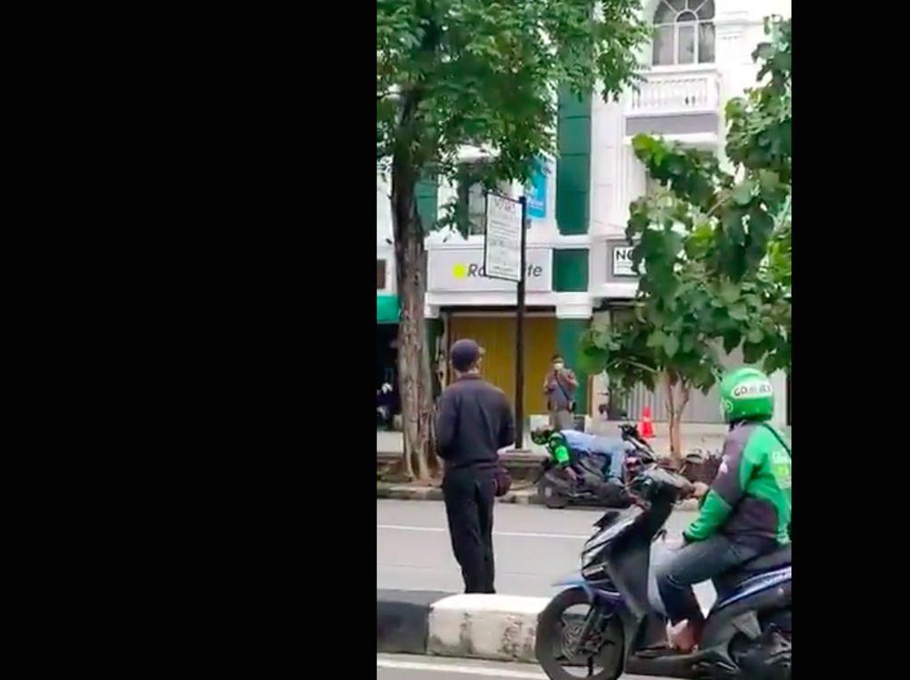 Driver Ojol Tergeletak di Motor Bikin Panik, Ternyata Tertidur