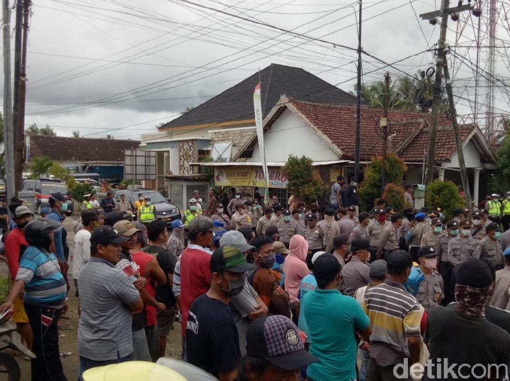 Massa Pengadang Logistik Perusahaan Tambang di Banyuwangi Dibubarkan