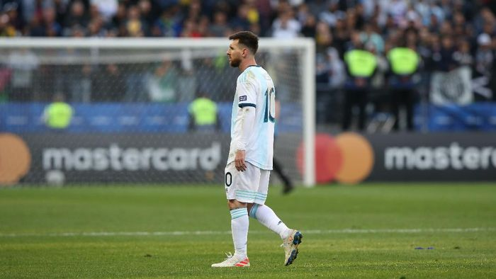 SAO PAULO, BRAZIL - JULY 06: Lionel Messi of Argentina leaves the pitch after being sent off during the Copa America Brazil 2019 Third Place match between Argentina and Chile at Arena Corinthians on July 06, 2019 in Sao Paulo, Brazil. (Photo by Alexandre Schneider/Getty Images)