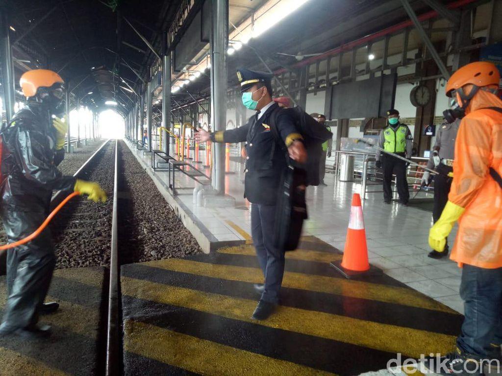 Polisi Bagikan Formulir ke Pemudik yang Baru Datang di Semarang
