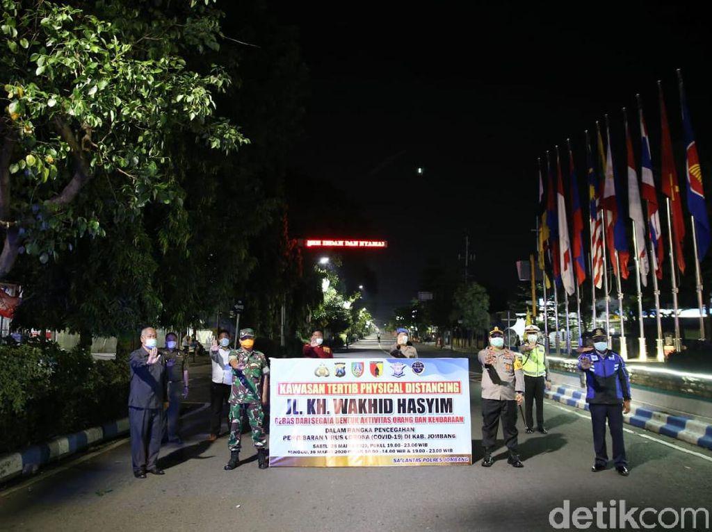 Tekan Mobilitas Warga Cegah Corona, Polisi Jombang Tutup Jalan Protokol