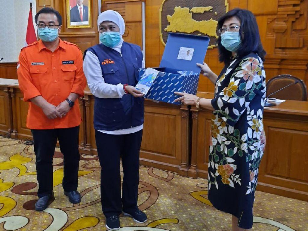 Gubernur Serahkan 2.600 Reagen PCR Alat Pendeteksi Virus Corona ke Unair