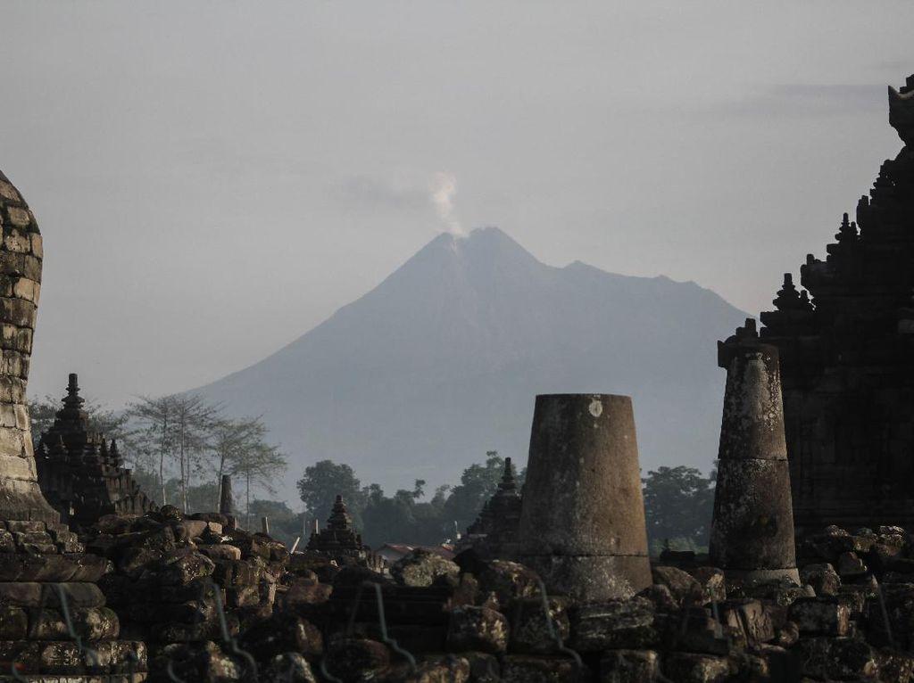 Penampakan Erupsi Gunung Merapi dari Candi Plaosan