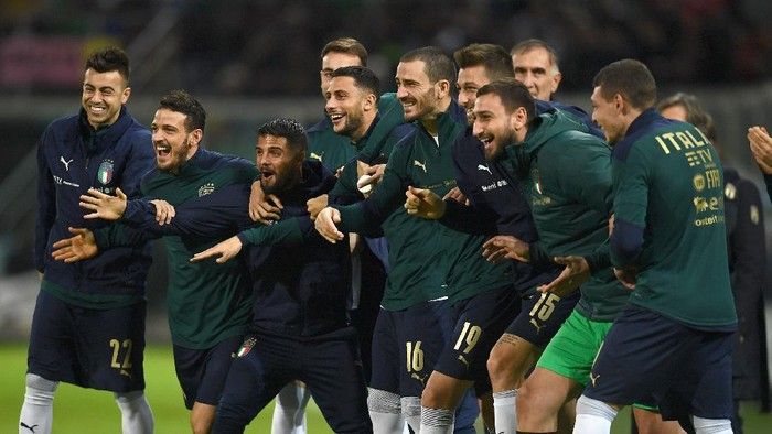 PALERMO, ITALY - NOVEMBER 18:  Players of Italy celebrate during the UEFA Euro 2020 Qualifier between Italy and Armenia on November 18, 2019 in Palermo, Italy.  (Photo by Claudio Villa/Getty Images)