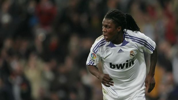 Real Madrid's Dutch defender Royston Ricky Drenthe celebrates his goal against Valladolid during their Liga football match at Santiago Bernabeu stadium in Madrid on February 10, 2008. AFP PHOTO/ PIERRE-PHILIPPE MARCOU (Photo by PIERRE-PHILIPPE MARCOU / AFP)
