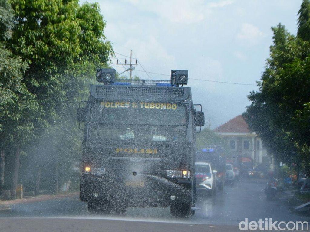 Water Canon Semprot Disinfektan di Jalan Protokol Situbondo