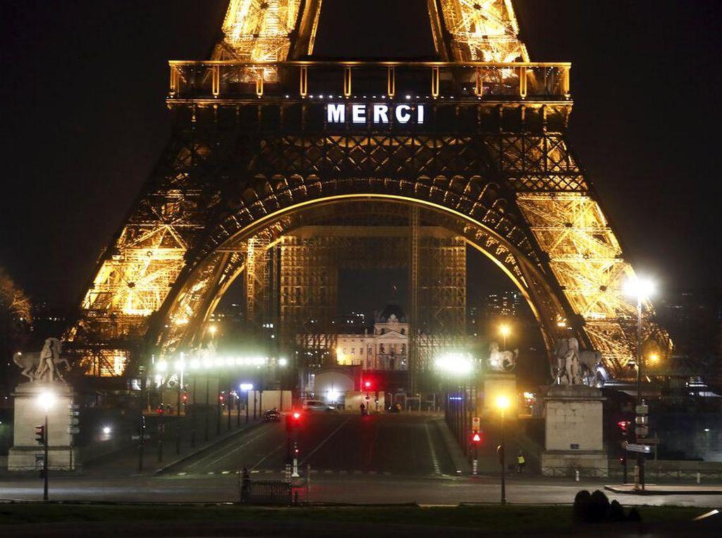 Ketika Menara Eiffel Tebarkan Dukungan kepada Pekerja Medis