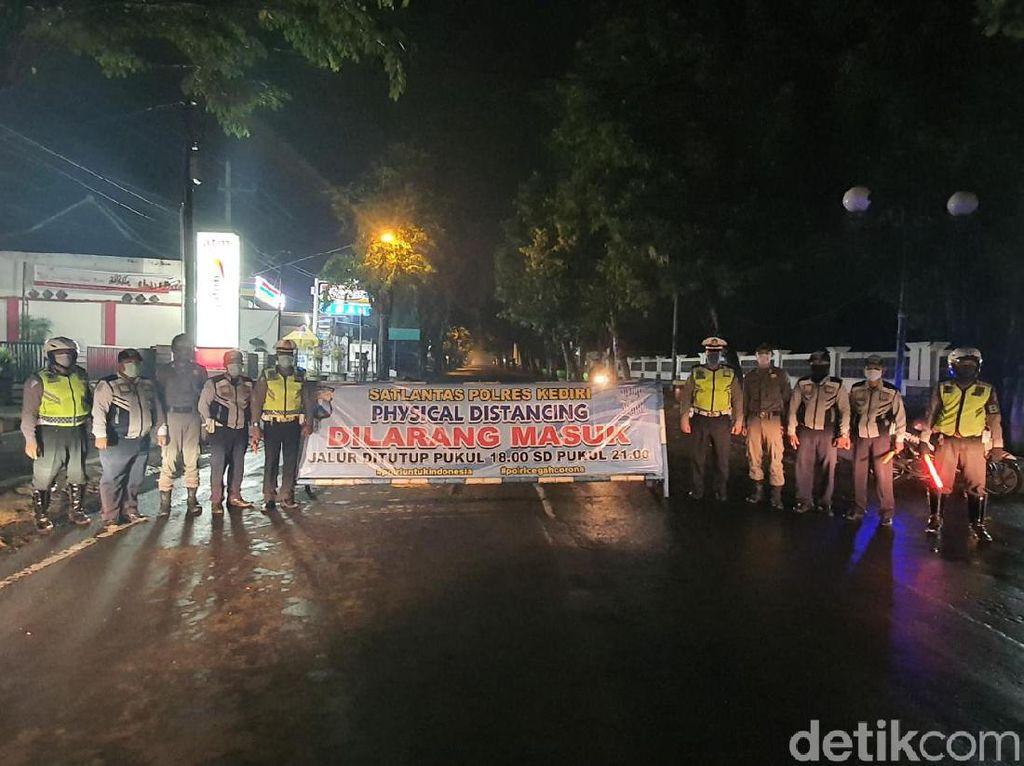 Polisi Kediri Terapkan Physical Distancing di Titik-titik Keramaian