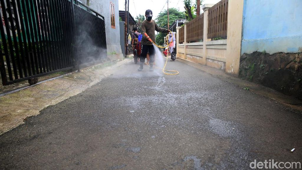 Disinfeksi Mandiri Warga Cipedak Srengseng Sawah untuk Halau Corona