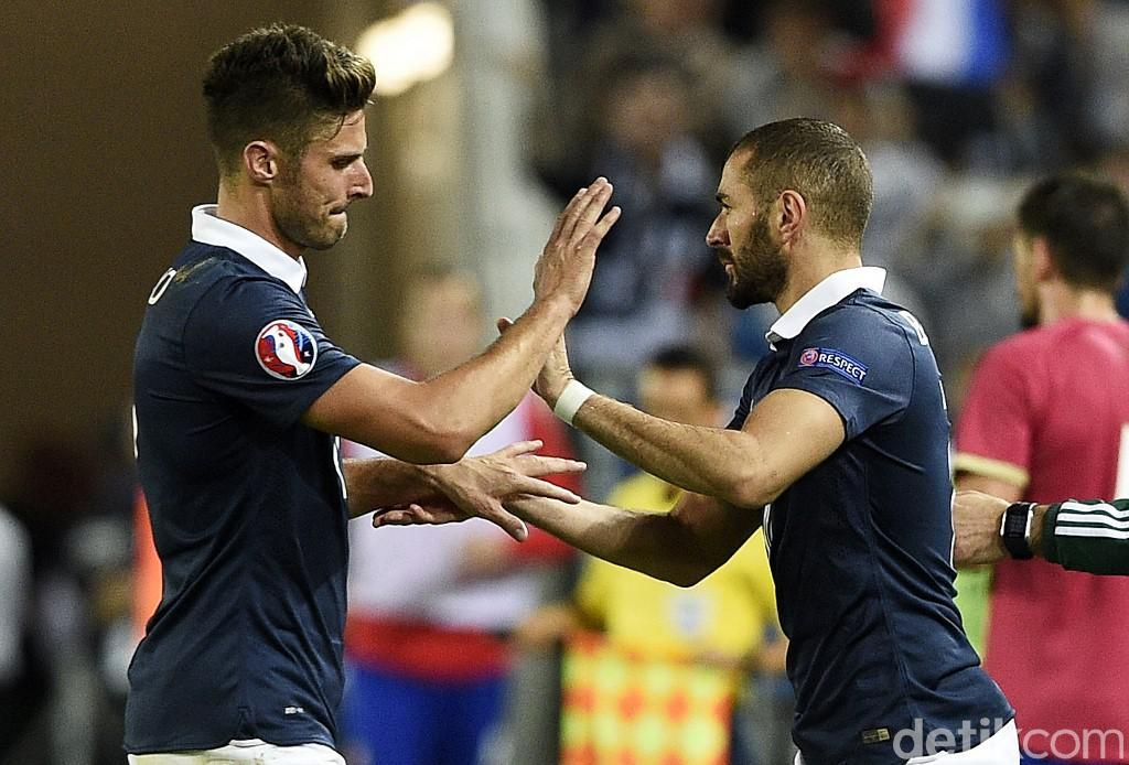 France's forward Olivier Giroud (L) leaves the pitch next to France's forward Karim Benzema during the Euro 2016 friendly football match France vs Serbia at the Matmut Atlantique stadium in Bordeaux on September 7, 2015.   AFP PHOTO/ FRANCK FIFE (Photo by FRANCK FIFE / AFP)