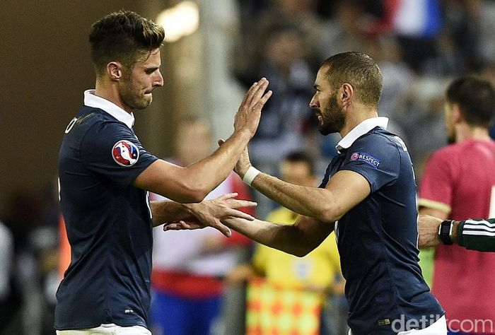 Frances forward Olivier Giroud (L) leaves the pitch next to Frances forward Karim Benzema during the Euro 2016 friendly football match France vs Serbia at the Matmut Atlantique stadium in Bordeaux on September 7, 2015.   AFP PHOTO/ FRANCK FIFE (Photo by FRANCK FIFE / AFP)