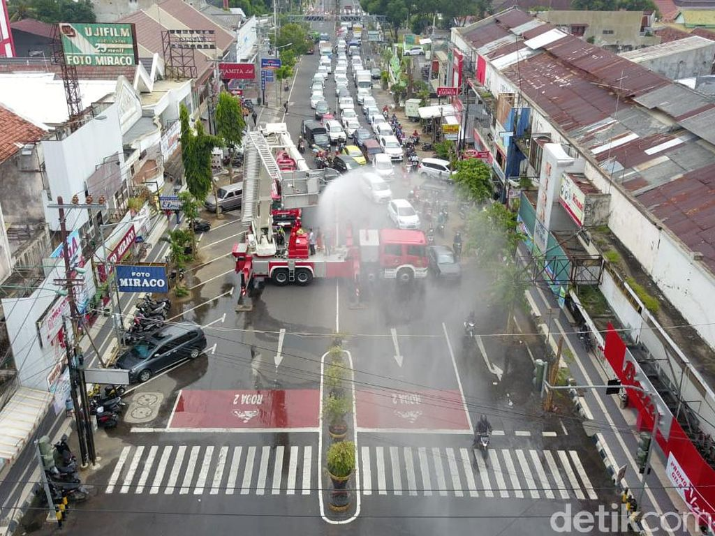 Hujan Disinfektan, Cara Pemkot Madiun Pertahankan Zero Positif Corona