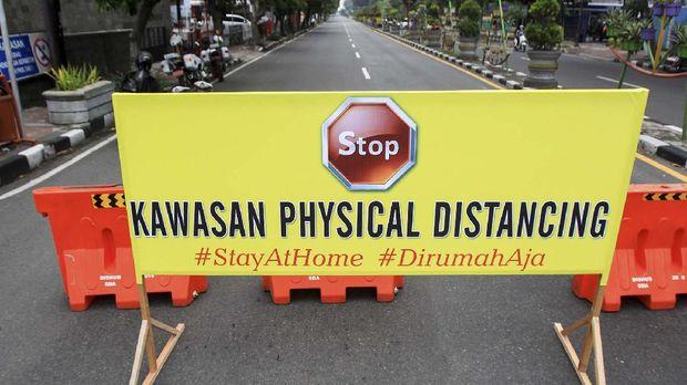 Pengendara melintas di jalan Ahmad Yani, Sidoarjo, Jawa Timur, Sabtu (28/3/2020). Polresta Sidoarjo memberlakukan kawasan tertib 'physical distancing' atau jaga jarak secara fisik di kawasan sekitar alun-alun Sidoarjo pada hari Jumat, Sabtu dan Minggu pada jam tertentu dengan tidak memperbolehkan kendaraan melintas atau orang berkumpul guna mencegah penyebaran virus Corona atau COVID-19. ANTARA FOTO/Umarul Faruq/aww.